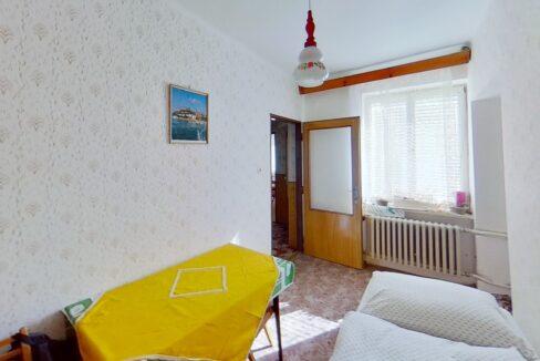 DFoJPurLjbh-Bedroom